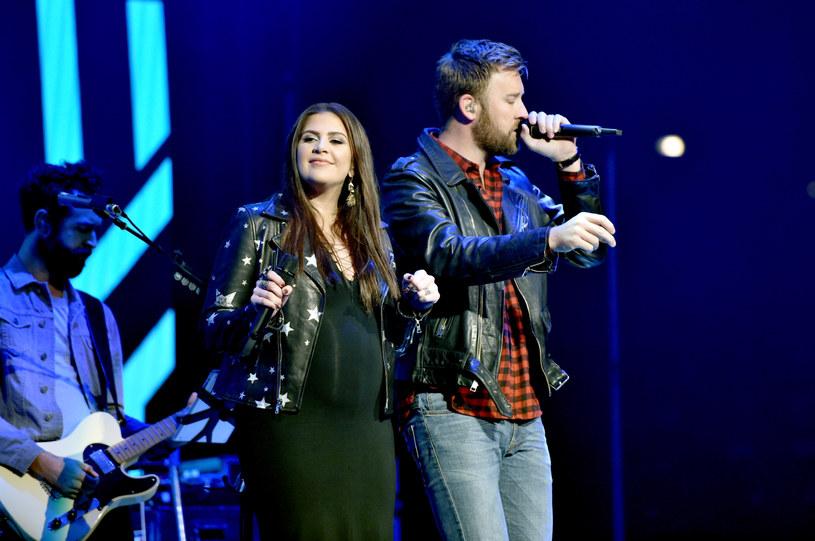 Wokalistka amerykańskiego tria country Lady Antebellum na gali Grammy pojawiła się w formie kartonowej podobizny. Dzień po ceremonii Hilary Scott urodziła bliźniaczki.