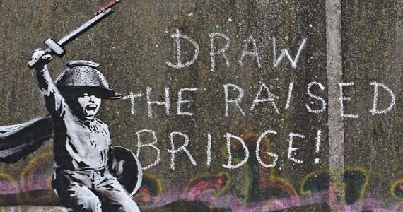 Na ratunek Banksy'emu! Mieszkańcy angielskiego Hull postanowili uratować graffiti artysty, które pojawiło się na jednym z mostów w centrum miasta. Zostało ono zamalowane białą farbą przez innych graficiarzy.