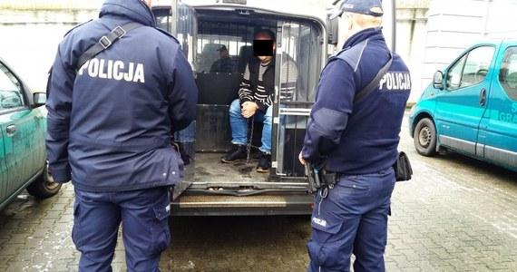 Prokuratura w Łowiczu postawiła 36-letniemu mężczyźnie zarzut zabójstwa 41-letniego męża kobiety, z którą był związany. Wcześniej zarzut współudziału w zabójstwie usłyszała 31-letnia kobieta. Obojgu grozi nawet dożywocie.