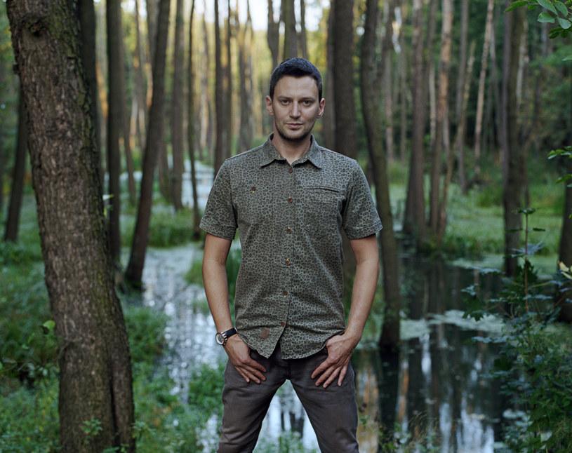 """Po latach śpiewania w grupie Indios Bravos i licznych gościnnych występach u boku innych wykonawców Piotr """"Gutek """"Gutkowski pracuje nad debiutancką solową płytą."""