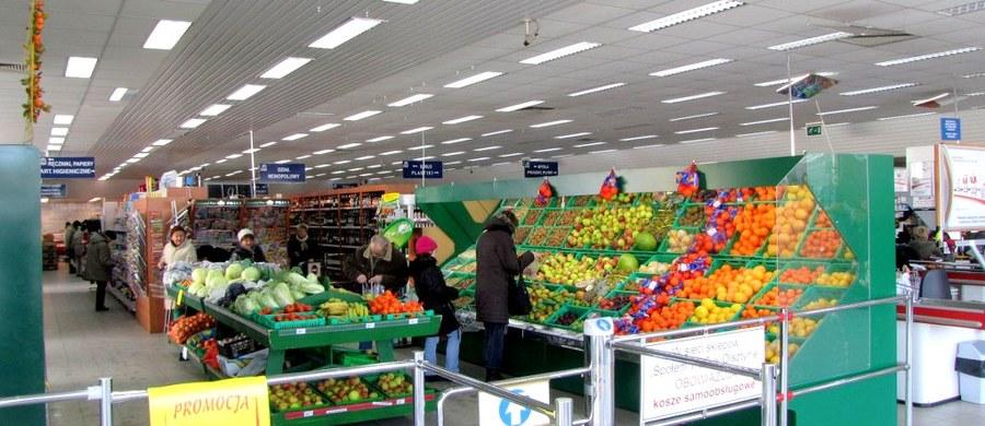 Prezydent Andrzej Duda podpisał ustawę ograniczającą handel w niedzielę. Nowe prawo wejdzie w życie od 1 marca 2018 roku. W tym roku będą dwie niedziele handlowe w miesiącu, w 2019 r. - tylko jedna w miesiącu, a od 2020 r. ma obowiązywać zakaz handlu we wszystkie niedziele z wyjątkiem siedmiu w roku.