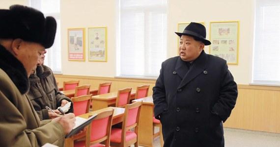 Kim Dzong Nam, brat przywódcy Korei Północnej Kim Dzong Una, na kilka dni przed swoją śmiercią spotkał się z obywatelem USA – zeznał policjant, który prowadził sprawę zabójstwa Kima. Według prasy tajemniczy Amerykanin jest agentem wywiadu USA.