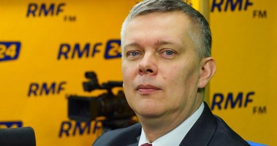 """""""Wyciągnęliśmy rękę do rządzących, proponując poprawkę, która dawałaby wyjście z twarzą z tej sytuacji - niestety w jakimś zdumiewającym uporze Jarosław Kaczyński nie przyjął tej propozycji. Apelowaliśmy o to, żeby odłożyć prace, dać sobie czas, żeby spokojnie porozmawiać"""" - tak w Porannej rozmowie w RMF FM Tomasz Siemoniak komentuje nocne głosowanie w Senacie nad nowelizacją ustawy o IPN. """"Z wyjątkową wstrzemięźliwością odnosiliśmy się do całej tej sprawy, nie chcąc, żeby to weszło w taką typową polską wojnę plemienną. Do tego """"razem"""" potrzeba dwóch stron. PiS uważa, że skoro ma większość, ma prezydenta, to może wszystko i w żadnej sprawie nie przyjmuje naszych uwag, propozycji, wątpliwości"""" - dodaje gość Roberta Mazurka. Według niego w tej sprawie decydujący głos miał tylko i wyłącznie Jarosław Kaczyński. """"Nie posłuchał premiera Jana Olszewskiego, nie posłuchał senator Anny Anders, nie posłuchał wielu mądrych ludzi u siebie w ugrupowaniu, którzy z pewnością musieli mu tłumaczyć, skoro to mówili publicznie, że to jest fatalna droga"""" - stwierdził Siemoniak."""