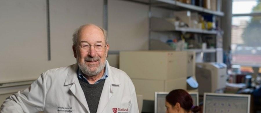 """Nowa metoda immunoterapii nowotworowej eliminuje u myszy wszelkie ślady tkanki rakowej, nie tylko guzy pierwotne, ale i odległe przerzuty - informuje czasopismo """"Science Translational Medicine"""". W opublikowanym na jego łamach artykule naukowcy Stanford University School of Medicine informują o udanych wynikach testów dwuskładnikowej terapii, która wydaje się skuteczna dla różnych rodzajów nowotworów. Leczenie polega na podaniu niewielkich ilości środków pobudzających układ odpornościowy, bezpośrednio do tkanki guza."""