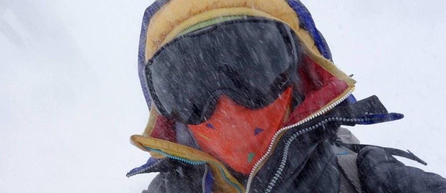 To pakistański rząd polecił Elisabeth Revol pozostawienie Tomasza Mackiewicza w ciężkim stanie na wysokości ponad siedmiu tysięcy metrów na stoku góry Nanga Parbat w Himalajach. Paryski korespondent RMF FM Marek Gładysz dotarł do pełnego zapisu wywiadu francuskiej alpinistki dla francuskiej agencji prasowej Agence Freance Presse (AFP) - rozwiewając tym samym kontrowersje, jakie wywołała skrócona wersja tego wywiadu, opublikowane przez AFP w specjalnej depeszy. W skróconej wersji sugeruje ona tylko ogólnikowo, że decyzję o pozostawieniu Mackiewicza narzucili organizatorzy akcji ratunkowej.