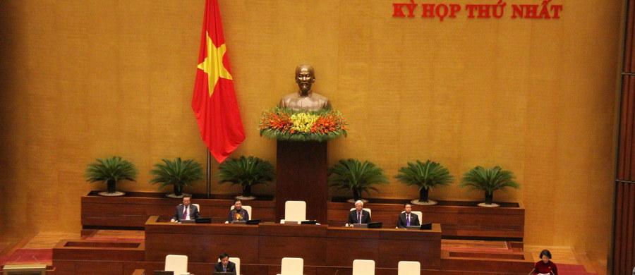 """Sąd w Wietnamie skazał na cztery lata więzienia za """"antypaństwową propagandę"""" blogera, który opublikował kilkadziesiąt artykułów szkalujących - zdaniem sądu - przywódców kraju i nawołujących do bojkotu wyborów - podała w piątek agencja AP."""