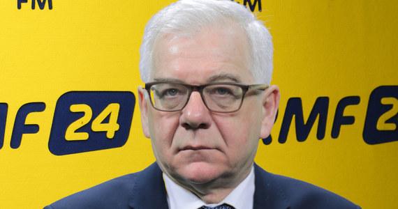 """""""To już jest poważna sprawa, rzeczywiście te stosunki są napięte"""" - tak o sytuacji na linii Polska-Izrael mówi w Porannej rozmowie w RMF FM minister spraw zagranicznych Jacek Czaputowicz. """"Polska stoi tutaj na stanowisku, że ma rację, że należy walczyć z kłamstwem oświęcimskim"""" - tłumaczy gość Roberta Mazurka. Według niego zarzuty o tym, że nowelizacja ustawy o IPN będzie kneblowała badaczy, są nieprawdziwe. """"Ustawa wyraźnie głosi w jednym z artykułów, że ustawa nie dotyczy badań historycznych, działalności artystycznej"""" - mówi szef MSZ. """"Nie będę radził nic prezydentowi, podejmie suwerenną decyzję w odpowiednim czasie"""" - tak Czaputowicz odpowiada na pytanie, czy Andrzej Duda powinien podpisać nowelizację ustawy o IPN. """"Wydaje mi się, że być może jakaś interpretacja mogłaby tu być podana, ale nie wiem, czy jest konieczne poprawianie tej ustawy"""" - dodaje gość Roberta Mazurka. Szef polskiej dyplomacji odnosi się też do reakcji Departamentu Stanu USA na ustawę. """"Przyjmujemy to do wiadomości, ale podtrzymujemy nasze stanowisko, uważam, że jest szansa na rozmowę i oparcie naszych relacji na prawdzie, (…) na rozwianie wszystkich wątpliwości, bo uważam, że mamy rację - jest problem w komunikacji"""" - uważa Czaputowicz."""