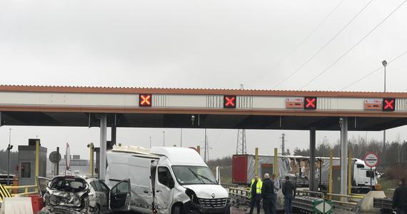Łotewski kierowca, który wczoraj przed południem spowodował wypadek na autostradzie A2, usłyszał zarzut spowodowania katastrofy w ruchu lądowym. Taranując samochody przy punkcie poboru opłat w Żdżarach koło Konina, miał prawie trzy promile alkoholu.