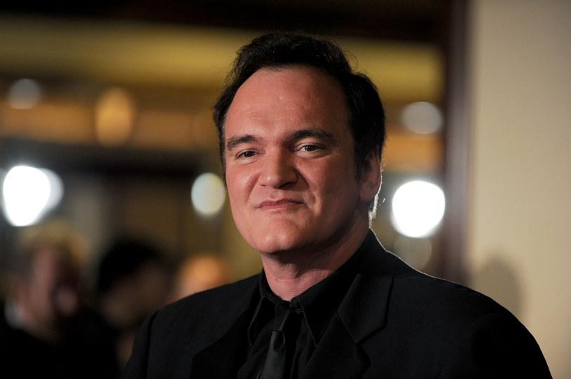 """Promocja debiutanckiej powieści Quentina Tarantino, będącej rozszerzeniem jego filmu """"Pewnego razu… w Hollywood"""", stała się okazją do zapytania reżysera o wiele spraw dotyczących jego twórczości i życia prywatnego. Wśród ciekawostek, którymi podzielił się Tarantino z rozmówcami, jest m.in. ta o hipotetycznym projekcie ekranizacji powieści Davida Morella """"Pierwsza krew"""". To ona stała się podstawą scenariusza głośnego filmu z Sylvestrem Stallone w roli głównej."""