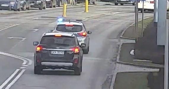Gdańscy policjanci pomogli w czwartek w eskorcie dwóch aut, w których znajdowały się rodzące kobiety. Obie sytuacje miały miejsce w odstępie godziny. Kobiety zostały bezpiecznie dowiezione do najbliższych placówek medycznych.