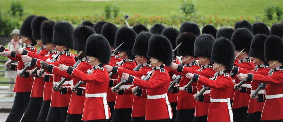 Brytyjscy królewscy gwardziści będą się uczyć kung fu - informują media. Obserwując żołnierzy podczas niedawnych manewrów, dowódcy doszli do wniosku, że na polu walki nie są wystarczająco agresywni. Zajęcia ze wschodniej sztuki walki mają im dodać ikry i poprawić żołnierski wizerunek. A ten najczęściej kojarzy się z wyprasowanym, czerwonym mundurem i potężną czapą z niedźwiedziego futra.