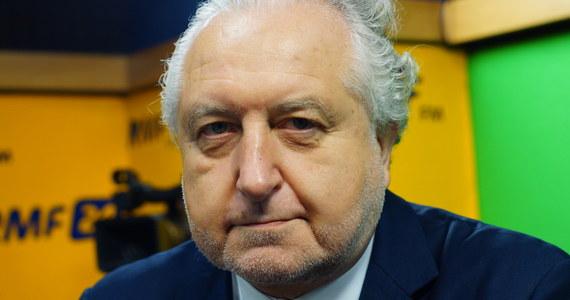 """""""Ta ustawa, która została uchwalona, przeszła przez jedną i drugą izbę parlamentu, jest niekonstytucyjna"""" - stwierdził w Popołudniowej rozmowie w RMF FM były prezes Trybunału Konstytucyjnego Andrzej Rzepliński pytany o nowelizację ustawy o IPN. """"Na pewno nie pisali tego prawnicy, którzy zasługują na to miano"""" - ocenił. """"Prezydent został wpędzony w kozi róg. Oczywiście, że powinien to zawetować - nie ma Trybunału Konstytucyjnego, więc nie ma gdzie jej wysłać"""" - zauważył gość Marcina Zaborskiego. """"Premier mojego rządu fejkował, i to strasznie antypolsko, przeciwko Sądowi Najwyższemu na forum Rady Europejskiej. Jak mogę mieć zaufanie do słów mojego premiera?"""" – stwierdził Rzepliński pytany o wypowiedź Mateusza Morawieckiego o tym, że nowelizacja nie ogranicza wolności słowa."""