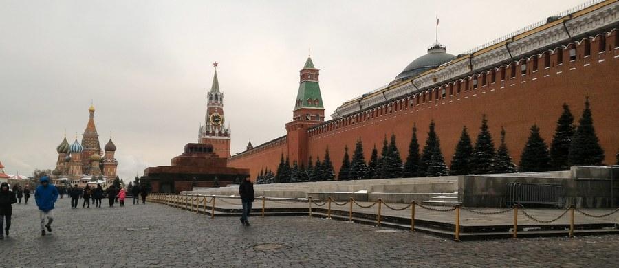 W miastach Rosji odbyły się w sobotę zorganizowane przez Izbę Społeczną - ciało konsultacyjne przy prezydencie - mityngi pod hasłami patriotycznymi. W Moskwie w zgromadzeniu wzięło udział według MSW około 60 tys. osób. Demonstrowali także zwolennicy komunistów.