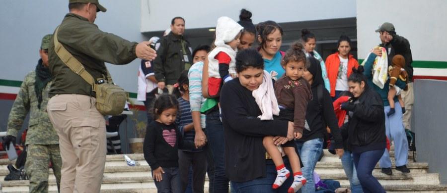 Trzystu migrantów z Ameryki Środkowej skrywających się w przyczepach dwóch ciężarówek, które zostały zatrzymane w dwóch stanach położonych nad Zatoką Meksykańską, zostało uratowanych - podał meksykański Narodowy Instytut ds. Imigracji.