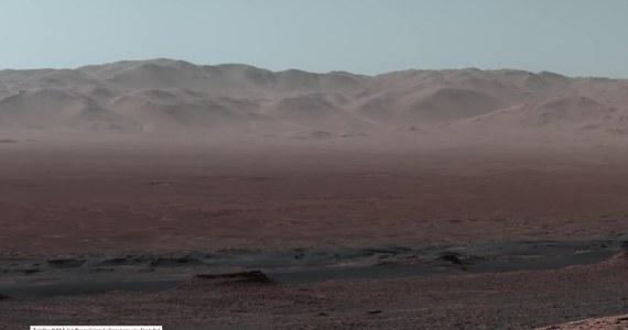 Laboratorium Napędu Odrzutowego NASA opublikowało zdjęcia krateru marsjańskiego Gale wykonane przez łazik Curiosity. Wykonał on zdjęcia północnego grzbietu krateru Gale'a. Naukowcy NASA opracowali materiał dostarczony przez łazik i stworzyli z niego panoramę z wnętrza krateru, którego średnica wynosi 154 km. Krater Gale powstał po uderzeniu w Marsa meteoru. Stało się to we wczesnej historii czerwonej planety, około 3,5 do 3,8 miliarda lat temu.