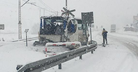 W Szaflarach na Podhalu bus zderzył się z pociągiem. Nikomu nic się nie stało.