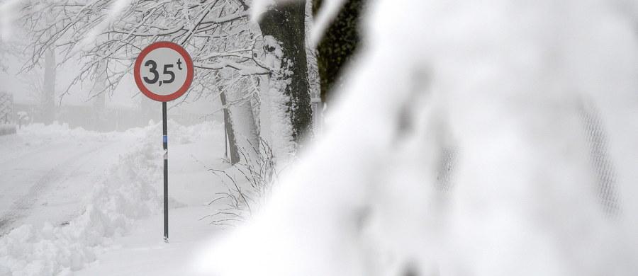 Trudne warunki na drogach Podbeskidzia. Mocno sypie śnieg. Spadło już kilkanaście centymetrów białego puchu.