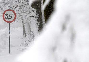 Fatalne warunki do jazdy na Podbeskidziu. Spadło kilkanaście centymetrów śniegu