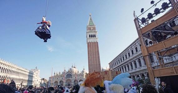 Około 70 tysięcy osób przybyło na zabawy karnawału w Wenecji - poinformowała straż miejska. Przed południem ograniczona ze względów bezpieczeństwa liczba 20 tysięcy ludzi wzięła udział w jego inauguracji.