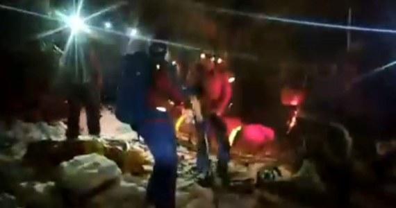 Ratownicy babiogórskiego GOPR wyruszyli na pomoc turystom znajdującym się w rejonie Mułowego Stawu, Kobieta doznała tam urazu stanu kolanowego i nie była się w stanie poruszać o własnych siłach.