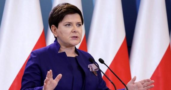 """Dzisiaj nie można kierować się ambicjami i politycznymi sympatiami, nieważne, czy jesteś z obozu rządzącego, czy opozycji; ważne, czy bronisz Polski - napisała na Twitterze wicepremier Beata Szydło. Podkreśliła, że """"Polska to nasz wspólny obowiązek""""."""
