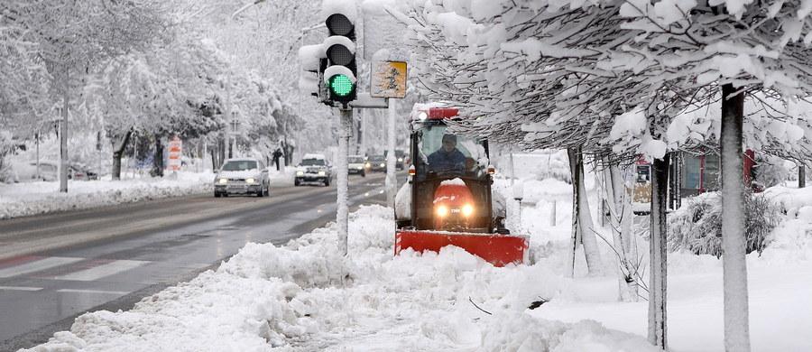 W Tatry zima wróciła na dobre. Na Kasprowym Wierchu od wczoraj spadło 30 cm śniegu, a termometry pokazują tam minus 14 stopni. Ratownicy TOPR ogłosili znaczny - trzeci -  stopień zagrożenia lawinowego. O zagrożeniu lawinowym informuje także GOPR w Bieszczadach.