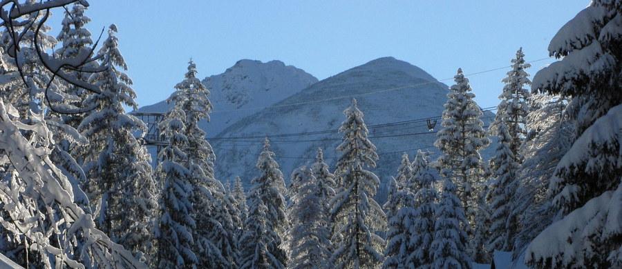 Tatrzańskie Ochotnicze Pogotowie Ratunkowe od soboty ostrzega przed lawinami w górach; w Tatrach obowiązuje trzeci stopień zagrożenia. Na Kasprowym Wierchu leży 2,5 metra śniegu. Mimo tak trudnych warunków turyści nie rezygnują z niebezpiecznych wypraw. Minionej nocy ratownicy TOPR musieli ściągać z Kopy Kondrackiej trzech turystów. Także w weekend kilkukrotnie udzielali pomocy.