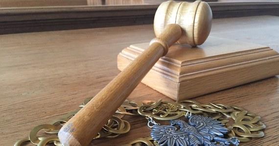 Sąd rejonowy w Olsztynie skazał na trzy lata więzienia 38-letniego mechanika Radosława T., który zamiast sprowadzać pojazdy, przywłaszczał zaliczki od klientów. Tylko w tej sprawie poszkodowanych jest siedem osób.