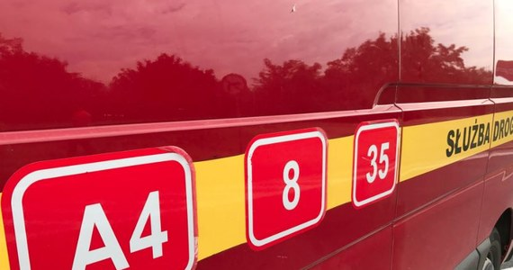 Jedna osoba została lekko ranna w karambolu na dolnośląskim odcinku A4. Na wysokości węzła Lubiatów w kierunku Zgorzelca zderzyło się 12 samochodów.