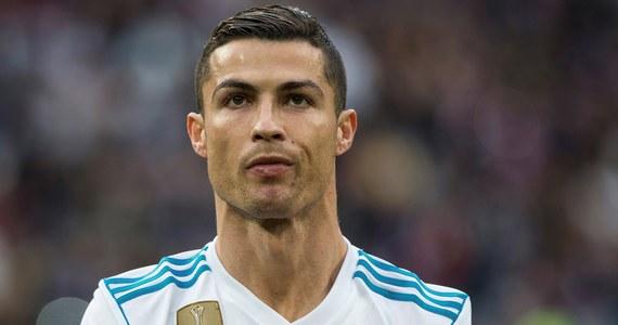 Ma blisko 123 mln fanów na Facebooku, 120 mln obserwujących na Instagramie i 860 tys. na Twitterze. Jest jednym z najlepszych piłkarzy w historii, jednym z najlepiej zarabiających i najpopularniejszych sportowców. To człowiek, którego imię i nazwisko znają wszyscy. Cristiano Ronaldo w poniedziałek, 5 lutego, obchodził 33. urodziny. I właśnie z tej okazji rozmawiamy z Maciejem Leszczyńskim z portalu RealMadryt.pl. Jak Ronaldo zmienił się na przestrzeni lat? Jak trudne dzieciństwo wpłynęło na jego charakter i karierę oraz jaki jest naprawdę?Przeczytajcie!