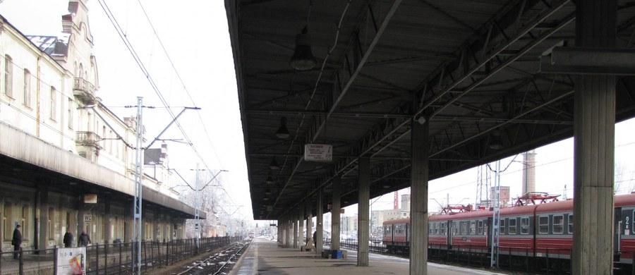 Napad na pociąg ze złomem pod Tarnowskimi Górami na Śląsku. Straż Ochrony Kolei zatrzymała złodzieja, ale są podejrzenia, że miał on wspólników. Mężczyzna czeka teraz na przesłuchanie.