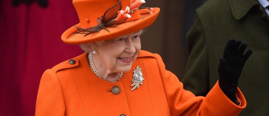 Królewska wojna z plastikiem. Kawiarnie na terenie rezydencji brytyjskiej królowej Elżbiety II przestały używać plastikowych słomek. Chodzi o ograniczenie zanieczyszczenia środowiska tym materiałem.