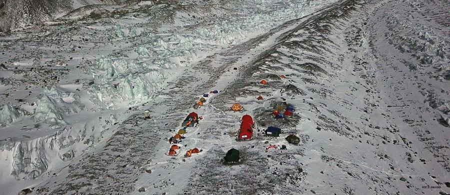 Uczestnicy polskiej zimowej wyprawy na K2 Marcin Kaczkan i Denis Urubko dotarli do obozu drugiego na wysokości 6300 m i tam spędzą noc. Dalsze plany uzależnione są od pogody - poinformował w poniedziałkowe popołudnie kierownik ekspedycji Krzysztof Wielicki. K2 (8611 m) to ostatni niezdobyty zimą ośmiotysięcznik. Wielicki już wcześniej podkreślał, że obecnie nie ma żadnych ustaleń co do tego, kto miałby ruszyć do ataku szczytowego.