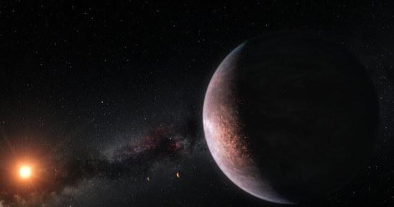 """Międzynarodowy zespół naukowców opublikował właśnie cztery prace opisujące układ planetarny TRAPPIST-1, uważany obecnie za najciekawsze miejsce do poszukiwań śladów życia poza Układem Słonecznym. Po raz pierwszy o odkryciu tego układu poinformowano w lutym ubiegłego roku, a publikacje, które ukazały się teraz na łamach czasopism """"Nature Astronomy"""" i """"Astronomy and Astrophysics"""", przedstawiają najnowsze wyniki jego badań: w tym dowody na to, że wszystkie siedem planet to planety skaliste, które mogą zawierać wodę w różnej postaci!"""