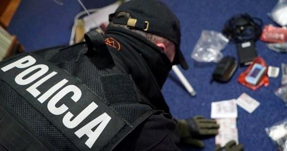 """Wielka akcja rozbicia grup przestępczych, których członkowie są podejrzani o włamania do bankomatów """"na wybuch"""". Udział w niej wzięło blisko 200 policjantów z Polski i Niemiec. 8 osób zostało zatrzymanych."""