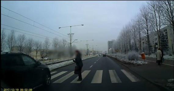 700 złotych mandatu i pół roczny zakaz kierowania pojazdami - to kara dla kierowcy nissana, który o mało nie wjechał w kobietę przechodzącą przez przejście dla pieszych.