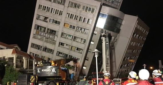 Trzęsienie ziemi o magnitudzie 6,4 nawiedziło okolice miasta Hualien na Tajwanie - podała Służba Geologiczna USA. Jak podały w rozmowie z Reuterem miejscowe władze, zginęły dwie osoby, a ponad 140 jest rannych. Co więcej, niewykluczone, że pod gruzami wciąż uwięzieni są ludzie.