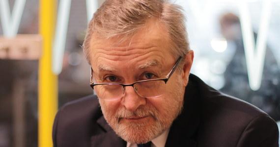 """""""To była bardzo dobra decyzja"""" – tak wicepremier Piotr Gliński ocenił decyzję prezydenta Andrzeja Dudy o podpisaniu nowelizacji ustawy o IPN i odesłaniu jej do Trybunału Konstytucyjnego. """"Rząd, tak jak to jest zapowiadane i realizowane, będzie dalej prowadził działalność edukacyjną dotyczącą problematyki, o której mówimy"""" – mówił minister kultury i dziedzictwa narodowej w Porannej rozmowie w RMF FM. """"Cieszymy się, że reakcja Izraela jest stonowana"""" – dodał. Pytany o działalność Polskiej Fundacji Narodowej odpowiedział: """"Będę oceniał jej pracę, jak dostanę sprawozdanie roczne. Czekam do końca półrocza"""". Przyznał także, że na hollywoodzki film fabularny o polskiej historii jeszcze poczekamy. """"Poważny film fabularny przygotowuje się 5-10 lat. Nie wiem, ile lat będziemy robili, natomiast nie produkuje się filmów nigdzie na świecie w ciągu dwóch lat od powstania pomysłu"""" – mówił gość Roberta Mazurka."""