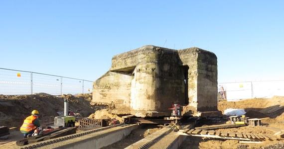 Drogowcy przenoszą 150-tonowy bunkier z czasów II wojny światowej, który znajduje się w Wąsoszu w Kujawsko-Pomorskiem. Końcowy etap operacji rozpoczął się we wtorek przed południem.