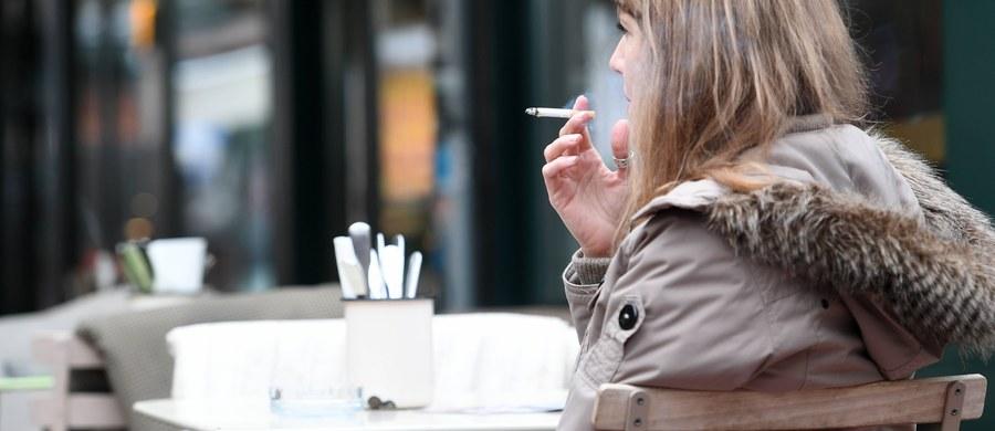 """Proponowane zmiany w kodeksie pracy przewidują m.in., że pensja za nadgodziny nie trafiałaby od razu do kieszeni zatrudnionego. Zmiany czekają również palaczy, od których pracodawca będzie mógł domagać się odpracowania """"przerwy na papierosa"""" - czytamy w """"Dzienniku Gazecie Prawnej""""."""