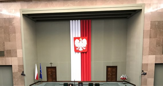 Oficerowie sojuszniczych instytucji wojskowych ulokowanych w Polsce będą mogli nosić broń osobistą będącą wyposażeniem Wojska Polskiego - zakłada nowela przyjęta przez Sejm. Za przyjęciem rządowego projektu nowelizacji ustawy o zasadach pobytu i przemieszczania się obcych wojsk po terytorium Polski głosowało 428 posłów, jeden był przeciw, nikt nie wstrzymał się od głosu.