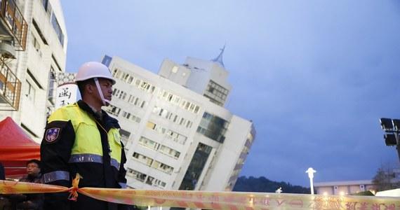 Bilans ofiar wtorkowego trzęsienia ziemi na Tajwanie wzrósł do co najmniej sześciu zabitych i 256 rannych; 88 osób wciąż jest poszukiwanych - poinformowała tajwańska straż pożarna. Jak informuje Reuters, wśród rannych są obywatele Chin, Japonii, Singapuru i Korei Płd. W wyniku kataklizmu zawaliły się co najmniej cztery budynki. Uszkodzone zostały także budynki w turystycznej miejscowości Hualien. Kilka z nich przechyliło się niebezpiecznie nawet pod kątem 45 stopni.