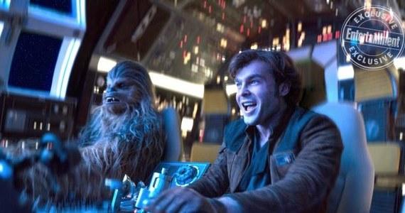 """25 maja do polskich kin trafi film """"Han Solo: Gwiezdne wojny - historie"""". Harrisona Forda w roli Hana zastąpi Alden Ehrenreich. Fabuła nadal trzymana jest w wielkiej tajemnicy, ale twórcy zdradzili kilka szczegółów."""