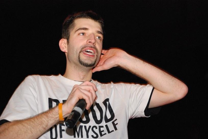 Popularność przyniosły mu viralowe hity o Krzysztofie Kononowiczu i Dodzie. Jednak popularność Mieszka Sibilskiego i Grupy Operacyjnej skończyła się tak szybko, jak się zaczęła. 9 lutego eks-raper z Zielonej Góry obchodzi 35. urodziny.
