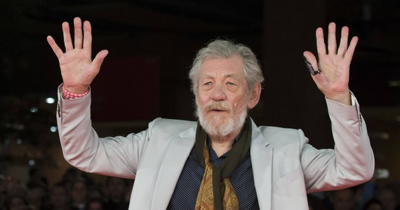 """Brytyjski aktor sir Ian McKellen, znany z roli Gandalfa w filmie """"Władca Pierścieni"""", będzie spał w teatrze. Author przygotowuje się do roli Króla Lira na scenie Duke of York w Londynie."""