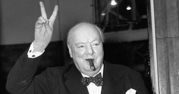 """Widzieli już Państwo """"Czas mroku"""" z Garym Oldmanem w roli Winstona Churchilla? Od dawna mówi się o tym, że jest to kreacja na miarę Oscara. Czy tak będzie – przekonamy już się niedługo. Ja mam w tej sprawie spore wątpliwości – ale o tym innym razem… Dziś, gdy do oscarowej gali pozostało jeszcze trochę czasu, chciałem zachęcić Państwa do oderwania się od ekranów, wyjścia na chwilę z kinowych sal i sięgnięcia po książkę """"Czas mroku"""". Zbieżność tytułów jest oczywiście nieprzypadkowa."""
