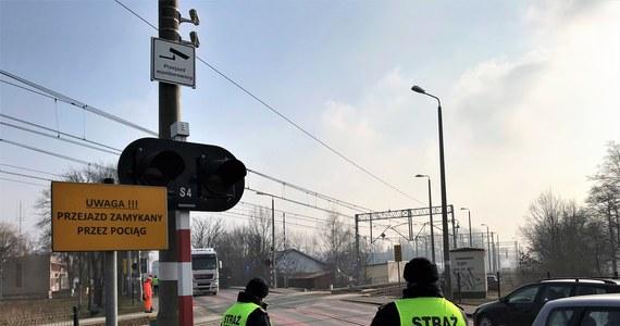 Laserowe skanery i dodatkowe sygnalizatory mają powstrzymać kierowców przed blokowaniem torów na przejazdach kolejowych. Pierwszy w Polsce, nowoczesny system sterowania ruchem zamontowano we Wrocławiu.