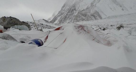 """""""Ze względów bezpieczeństwa uczestników wyprawy zimowej na K2, z dniem dzisiejszym zawieszamy działalność górską na drodze Cesena/Basków""""- taką informację przekazał kierownik wyprawy Krzysztof Wielicki. """"Góra dała uczestnikom narodowej wyprawy na niezdobyty zimą szczyt K2 (8611 m) ostrzeżenie kamieniami, że albo w ogóle ich nie chce, albo nakazuje zmianę drogi"""" - mówił wcześniej Leszek Cichy."""