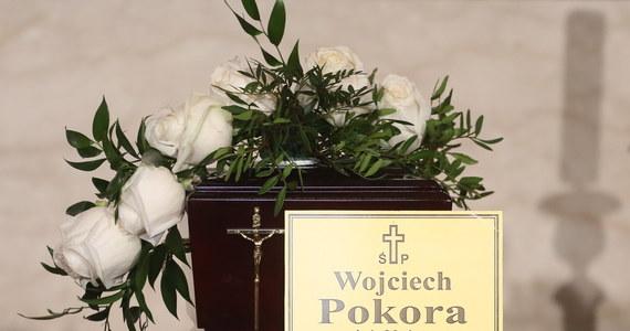 Wojciech Pokora został pochowany w sobotę na Cmentarzu Bohaterów Bitwy Warszawskiej 1920 r. w Radzyminie. Odszedł twórca powszechnie lubiany i podziwiany, ujmujący skromnością i dystansem wobec siebie - napisał w liście prezydent Andrzej Duda.