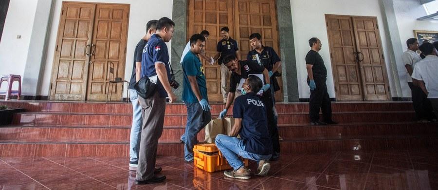Policja postrzeliła w niedzielę uzbrojonego w maczetę napastnika, który zaatakował wiernych podczas porannego nabożeństwa w zborze protestanckim w mieście Sleman, w okręgu Jogyakarta (wyspa Jawa), raniąc 4 osoby - podała agencja Associated Press.